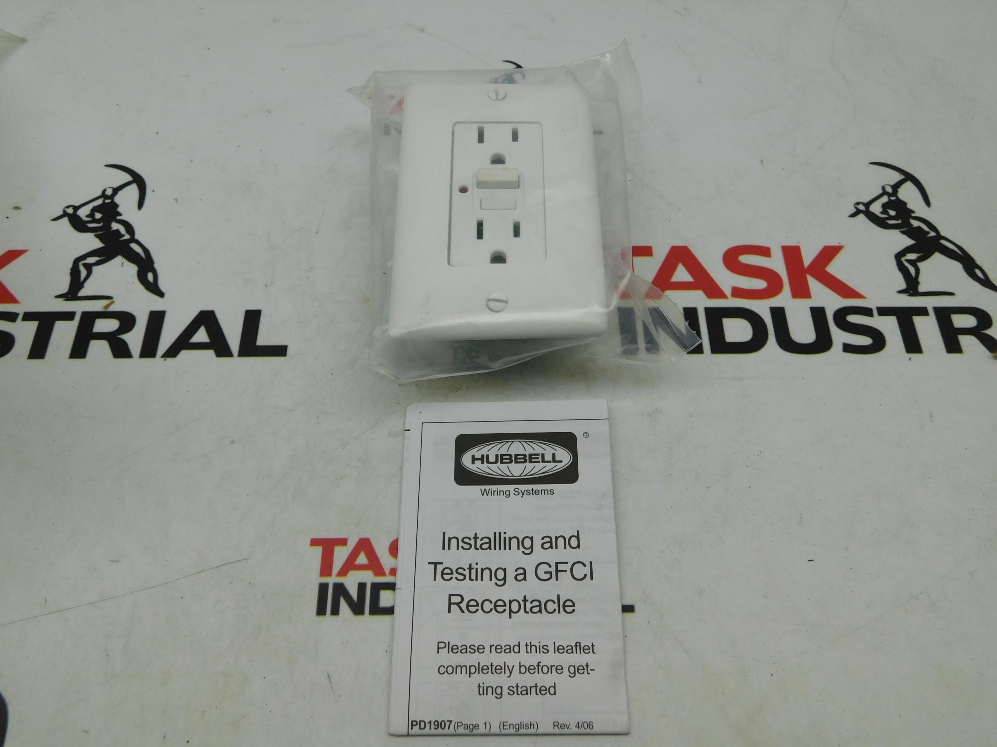 Hubbell GF15WLA Commercial LED 15A 125V White Outlet Receptacle Interupter